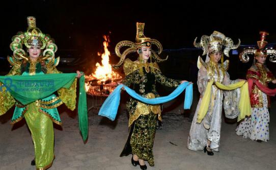 东方视觉舞蹈团的四位演员武志红,刘启文,绳建华,李秀军表演了蒙古族